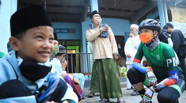 Gubernur Jateng Ganjar Pranowo, saat bercanda dengan santri dalam mengisi waktu jelang berbuka puasa. (Foto: Liputan6.com/Felek Wahyu)