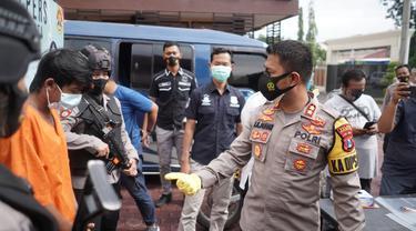 Polisi menangkap sopir minibus penabrak Satlantas Probolinggo. (Dian Kurniawan/Liputan6.com)