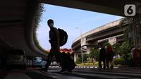 Penumpang pesawat berjalan keluar dari Terminal 2 Bandara Soekarno Hatta, Tangerang, Banten, Selasa (18/5/2021). Berdasarkan data pengelola Bandara Soekarno Hatta pada hari pertama pascalarangan mudik, tercatat ada 651 pergerakan pesawat baik datang maupun pergi. (Liputan6.com/Angga Yuniar)