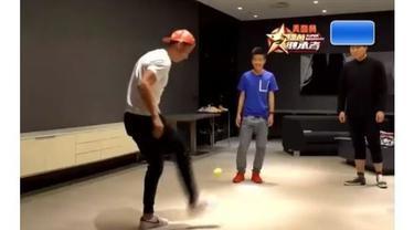Video Cristiano Ronaldo saat uji kebolehan juggling bola dengan bola tenis pada sebuah stasiun televisi swasta di China.