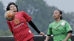 Pemain Vasanta FC, Desy Amelia, mengontrol bola saat pertandingan melawan Gelora Muda pada laga Jakarta Equal Festival 2018 di Sawangan, Depok, Minggu (11/3/2018). Vasanta FC menang 2-0 atas Gelora Muda. (Bola.com/M Iqbal Ichsan)