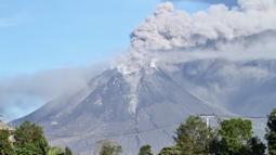 Gunung Sinabung mengeluarkan erupsi asap tebal ke udara di Karo, Sumatera Utara, Minggu, (23/8/2020). Untuk kesekian kalinnya Gunung Sinabung kembali erupsi dengan menyemburkan abu vulkanis ke udara hingga radius 2 kilometer. (Muhammad Zulfan Dalimunthe / AFP)