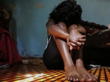Seorang gadis remaja yang menjadi pekerja seks setelah sekolah di Kenya ditutup, duduk di sebuah kamar sewaan, di Nairobi, 1 Oktober 2020. Mereka melihat sumber pendapatan ibu mereka lenyap ketika pemerintah Kenya melakukan tindakan keras untuk mencegah penyebaran COVID-19. (AP Photo/Brian Inganga)