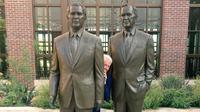 Viral, Foto Kocak Bill Clinton Sembunyi di Antara 'Dua' Bush ( Angel Urena)
