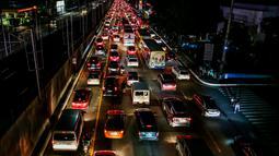 Kepadatan lalu lintas terlihat di Manila, Filipina (3/8/2020). Kemacetan terjadi ketika orang-orang bergegas keluar dari Metro Manila beberapa jam sebelum pemerintah memberlakukan aturan lockdown yang lebih ketat di kawasan itu akibat lonjakan kasus penyakit Covid-19. (Xinhua/Rouelle Umali)