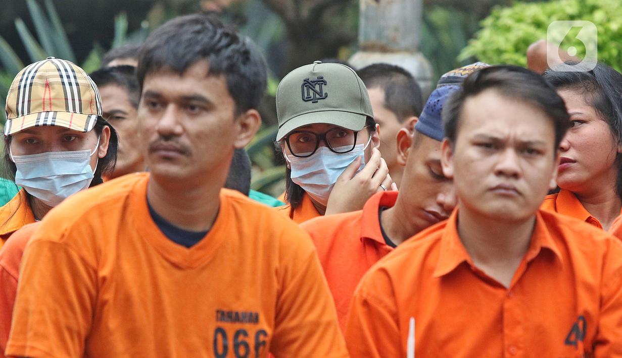 Sejumlah tersangka dihadirkan dalam rilis pemusnahan narkoba di Mapolda Metro Jaya, Rabu (19/2/2020). Barang bukti tersebut merupakan hasil temuan dijajaran Polres selama bulan Januari 2020 seperti sabu, ganja, esktasi, heroin, happy five dan gorilla. (Liputan6.com/Herman Zakharia)