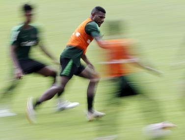 Pemain Timnas Indonesia U-22, Marinus Wanewar, mengejar bola saat latihan. (Bola.com/Yoppy Renato)