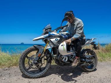 Pria yang mempunyai darah Thailand dan Batak ini mengaku mempunyai kegemaran mengendarai motor sejak 2012. Bahkan ia sering meluangkan waktu berlibur bersama motor kesayangannya. Begini gaya Chicco saat menelusuri Larantuka, Nusa Tenggara Timur dengan motor BMW-nya.(Liputan6.com/IG/@chicco.jerikho)