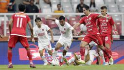 Bek PSM Makassar, Asnawi Mangkualam, berusaha melewati pemain Persija Jakarta pada laga Liga 1 2019 di SUGBK, Jakarta, Rabu (28/8). Kedua tim bermain imbang 0-0. (Bola.com/M Iqbal Ichsan)