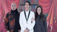 Senyum ceria dari mantan pasangan suami istri, yang dalam foto tersebut berdiri putra keduanya, El Rumi. Lelaki yang biasa disapa El itu baru saja lulus dari SMA Baktu Mulya 400 Pondok Pinang, Jakarta Selatan. (Instagram/elelrumi)