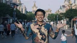 Pemeran Bayu di film Yowis Ben ini bahkan tak segan memakai batik saat berlibur di Hong Kong. Pada saat itu, ia mengunjungi Universal Studio Hongkong dengan memakai batik. Gayanya dengan batik saat di USH ini banjir pujian netizen. (Liputan6.com/IG/@moektito)