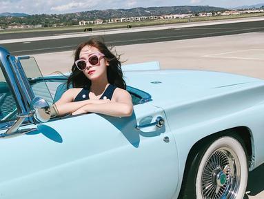 Menikmati liburan musim panas di Los Angeles, Amerika Serikat, begini style Jessica yang bisa kamu tiru. Dengan balutan Top Shirt Navy dan sunglasses, Jessica terlihat feminim dan fresh.(Liputan6.com/IG/@jessica.syj)