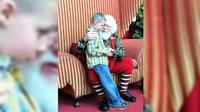 Seorang anak penderita autisme sangat khawatir dianggap sebagai anak nakal, sehingga Santa Claus ini harus menenangkannya.