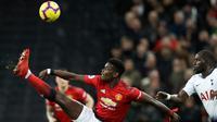 Gelandang Manchester United, Paul Pogba berusaha mengontrol bola dari kawalan pemain Tottenham Hotspur, Moussa Sissoko pada pertandingan lanjutan Liga Inggris di stadion Wambley, London (13/1). MU menang tipis 1-0 atas Tottenham. (AP Photo/Matt Dunham)