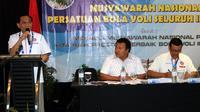 Imam Sudjarwo menyampaikan sambutan usai kembali terpilih sebagai ketua umum Pengurus Pusat Persatuan Bola Voli Seluruh Indonesia (PP PBVSI) periode 2018-2022. (Humas PBVSI)