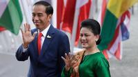 Iriana Jokowi terlihat mencuri perhatian dalam balutan blouse dan batik khas Indonesia yang elegan di KTT G20. (AP Photo/Michael Sohn)