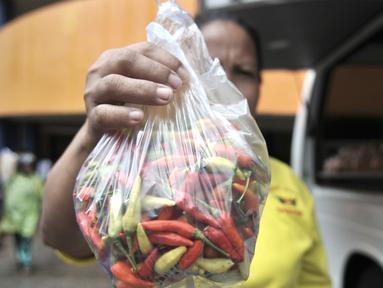 Warga membeli cabai rawit merah saat Operasi Pasar Murah di Pasar Senen, Senin (3/2/2020). Harga cabai rawit merah dijual Rp40.000 per kilogram, lebih murah dibandingkan harga pasar saat ini mencapai 90 ribu per kilogram. (merdeka.com/Iqbal Nugroho)