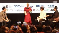 Menteri Komunikasi dan Informatika Rudiantara (dua kanan) didampingi Kepala Badan Ekonomi Kreatif Triawan Munaf (kanan) berinteraksi dengan robot Sophia dalam dialog internasional CSIS di Hotel Borobudur, Jakarta, Selasa (17/9/2019). (merdeka.com/Iqbal Nugroho)