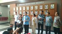 Ketua LPSK Abdul Haris Semendawai bersama Ketua dan anggota Pansel Calon Pimpinan LPSK menyerahkan 21 nama calon kepada Menteri Sekretaris Negara Pratikno di Jakarta, Selasa (18/9/2018). (Merdeka.com/Titin Supriatin)