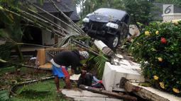 Warga mencari barang yang tersisa pasca gelombang Tsunami Anyer di Tanjung Lesung Resort, Pandeglang, Banten (23/12). BNPB mencatat hingga Minggu, pukul 16.00 WIB 222 orang meninggal dunia, 843 luka-luka dan 28 orang hilang. (merdeka.com/Arie Basuki)