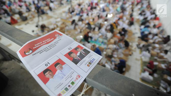 Surat suara untuk Pilpres 2019 yang akan dilipat di Gudang KPU, Cibinong, Bogor, Kamis (7/3). Libur Nyepi, dimanfaatkan 650 pekerja menyelesaikan tenggat waktu penyortiran dan pelipatan 17 juta surat suara Pemilu 2019. (merdeka.com/Arie Basuki)#source%3Dgooglier%2Ecom#https%3A%2F%2Fgooglier%2Ecom%2Fpage%2F2019_04_14%2F373400
