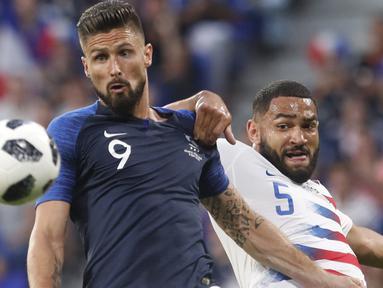 Pemain Prancis, Olivier Giroud (kiri) berebut bola dengan pemain Amerika Serikat, Cameron Carter-Vickers pada laga uji coba di Groupama stadium, Decines, Lyon (9/6/2018). Prancis dan Amerika bermain imbang 1-1. (AP/Laurent Cipriani)