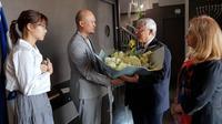 CEO BNK48 meminta maaf dan memberikan karangan bunga kepada Kedutaan Besar Israel di Thailand (AFP Photo)