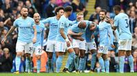 Para pemain Manchester City, merayakan gol ke gawang Crystal Palace pada laga Premier League di Stadion Etihad, Sabtu (23/9/2017). Manchester City menang 5-0 atas Crystal Palace. (AFP/Paul Ellis)