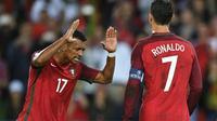 Dua pemain tim nasional Portugal Luis Nani (kiri) dan Cristiano Ronaldo (kanan). (AFP/Martin Bureau)