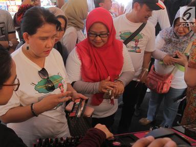 Deputi Bidang Pengawas Obat Tradisional Suplemen Kesehatan dan Kosmetik BPOM Mayagustina Andarini menghadiri kampanye Cerdas Memilih dan Menggunakan Kosmetik Aman dan Bermutu di Pusat Grosir Asemka, Jakarta, Sabtu (24/11). (Liputan6.com/Herman Zakharia)