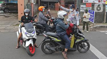 Suasana Pos Penyekatan Saat PKKM Level 4 di Jalan Raya Bogor
