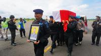 Anggota Brimob mengantarkan kepulangan jenazah Bripka (anumerta) Hendra Saut Parulian Sibarani, korban kerusuhan Papua, ke Riau. (Liputan6.com/Istimewa/M Syukur)