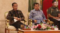 Presiden Joko Widodo didamping Wakil Presiden Jusuf Kalla saat mengikuti rapat kabinet pariurna di Istana Negara, Jakarta, Selasa (16/10). Rapat kabinet pariurna tersebut membahas evaluasi penangan bencana alam. (Liputan6.com/Angga Yuniar)