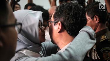 Istri memeluk terdakwa kasus dugaan penghilangan barang bukti pengaturan skor Joko Driyono usai vonis di PN Jakarta Selatan, Selasa (23/7/2019). Mantan Plt Ketua Umum PSSI Joko Driyono (54) dinyatakan bersalah atas perkara pengrusakan barang bukti. (Liputan6.com/Faizal Fanani)