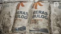 Kondisi karung berisi beras yang kotor dipenuhi debu di Gudang Bulog Divisi Regional DKI Jakarta, Kelapa Gading, Kamis (18/3/2021). Adapun dari total pengadaan sebanyak 1.785.450 ton beras, tersisa 275.811 ton beras belum tersalurkan. (merdeka.com/Iqbal S Nugroho)