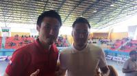 Pelatih Timnas Futsal Indonesia asal Jepang, Kensuke Takahashi, berfoto bersama gelandang Persela Lamongan yang juga berasal dari Jepang, Shohei Matsunaga, di sela-sela Pro Futsal League yang digelar di Surabaya, 7-8 April 2018. (Istimewa)