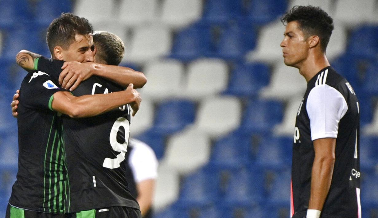 Pemain Sassuolo, Filip Djuricic dan Francesco Caputo merayakan gol ke gawang Juventus pada laga Serie A di Stadion Mapei, Rabu (15/7/2020). Kedua tim bermain imbang 3-3. (Massimo Paolone/LaPresse via AP)