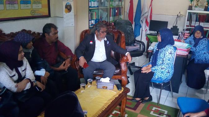 Komnas Perlindungan Anak mengunjungi sekolah tempat kejadiaan dugaan kasus guru cabul di Kota Malang (Liputan6.com/Zainul Arifin)