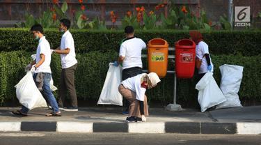 Berbagai relawan dan komunitas mengambil sampah plastik pada program World Cleanup Day di Kawasan Bundaran HI, Jakarta, Sabtu (15/9). World Clean Up Day di DKI Jakarta di targetkan 600.000 relawan di 105 titik di Jakarta. (Merdeka.com/Imam Buhori)
