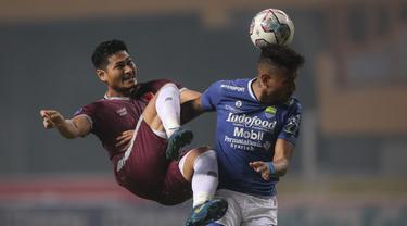 Persib Bandung memang belum terkalahkan hingga pekan ke-6 BRI Liga 1 2021/2022. Namun hasil imbang 1-1 kontra PSM Makassar, Sabtu (2/10/2021) merupakan kali ke-4 secara beruntun Maung Bandung kehilangan dua poin. Dengan koleksi 10 poin, mereka ada di posisi ke-4. (Bola.com/Bagaskara Lazuardi)