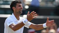 Petenis asal Serbia, Novak Djokovic, rayakan kemenangan atas Adam Pavlasek pada babak kedua Wimbledon 2017, Kamis (6/7/2017). Djokovic unggul 6-2, 6-2, 6-1. (AFP/Glyn Kirk)