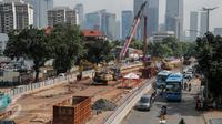 Sejumlah alat berat terlihat di proyek pembangunan underpass atau terowongan Mampang Prapatan-Kuningan, Jakarta, Jumat (24/3). Proyek itu merupakan bagian dari enam pembangunan simpang tak sebidang yang dikerjakan Pemprov DKI. (Liputan6.com/Faizal Fanani)