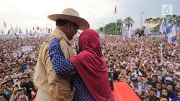 Calon presiden nomor urut 02 Prabowo Subianto berbincang dengan pendukungnya saat kampanye akbar di Lapangan Benteng Kuto Besak, Palembang, Rabu (9/4). Masyarakat Sumsel juga menyampaikan kesanggupannya memenangkan Prabowo-Sandiaga di Pilpres 17 April 2019. (Liputan6.com/Pool/Media Prabowo Sandi)