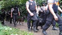 Polisi tampak membawa anjing pelacak untuk mencari beberapa bahan peledak. Dari lokasi kejadian petugas menemukan beberapa bom yang siap diaktifkan. (Liputan6.com/Ahmad Romadhoni)