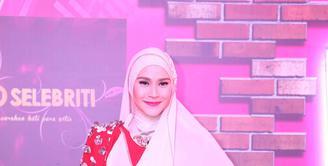 Zaskia Adya Mecca meraih penghargaan sebagai selebriti dengan hijab paling fashionable di ajang Infotainment Awards pada Jumat (22/1/2016) malam. Wanita cantik berhijab ini tak menyangka jika dirinya yang terpilih. (Nurwahyunan/Bintang.com)