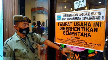 Petugas Satpol PP menyita kafe di wilayah Kecamatan Serpong Utara, Tangerang Selatan (Tangsel) pada Kamis dini hari (21/1/2021)