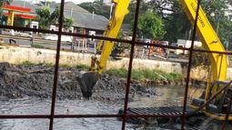 Pengerukan ini dilakukan untuk memperdalam kali agar mengantisipasi banjir dan juga air kiriman dari Kali Ciliwung, Jakarta, Senin (1/9/2014) (Liputan6.com/Faizal Fanani)