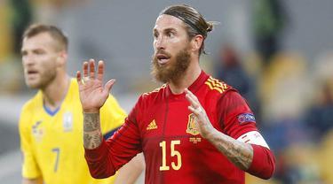 Bek Spanyol, Sergio Ramos, saat melawan Ukraina pada laga UEFA Nations League di Stadion Olimpiyskiy, Rabu (14/10/2020). Ukraina menang dengan skor 1-0. (AP/Efrem Lukatsky)