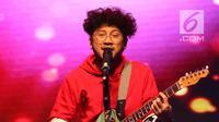 Penampilan Kunto Aji saat menghibur penonton dalam acara XYZ Day 2018 di Jakarta, Rabu (25/4). (Liputan6.com/Immanuel Antonius)