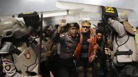Petugas kepolisian melindungi Pelatih PSM, Robert Alberts, dari lemparan botol usai pertandingan melawan Persib pada laga Piala Presiden di Stadion GBLA, Bandung, Jumat (26/1/2018). Persib takluk 0-1 dari PSM. (Bola.com/M Iqbal Ichsan)